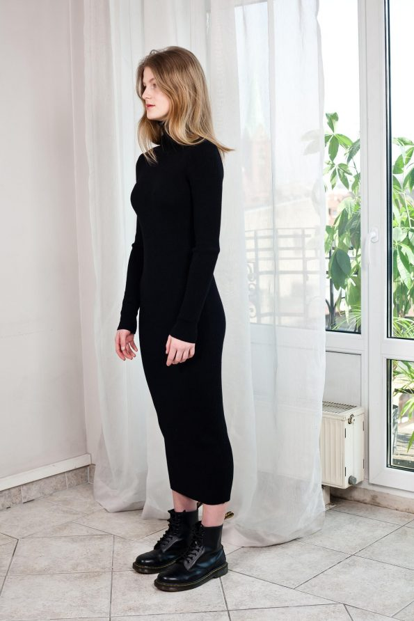 Rollkragenkleid Schwarzes Merino Wolle von der Seite